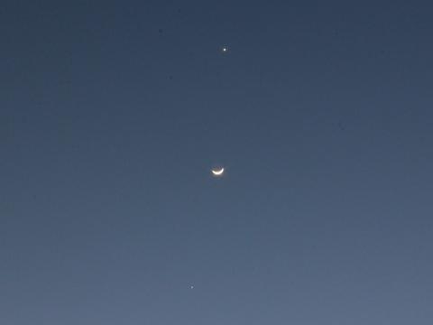 金星・月・木星が西の夜空に一列に並ぶ